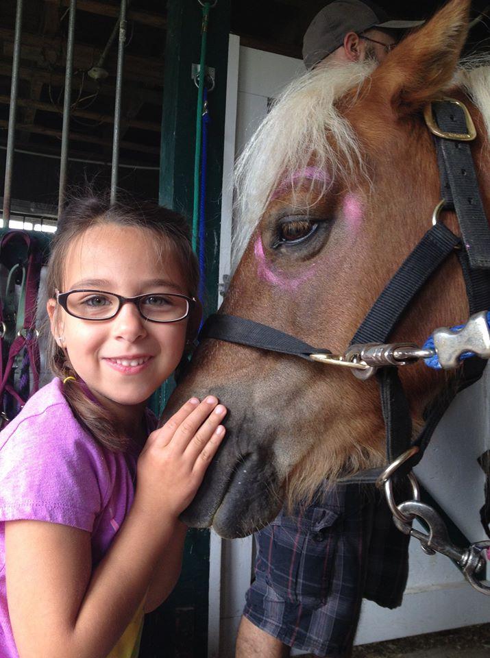 Melli-Mai adore les chevaux